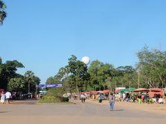 7時過ぎバイクで出発し、8時前にアンコールワット到着。すでに暑い+結構な人出。団体客もすでに到着している。もっと早くに出発するべきだった。  気球は整備中とのことで運休。ウェブサイトには翌週から再開とあったけど。