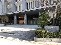 東京・大手町『PALACE HOTEL TOKYO』  『パレスホテル東京』の車寄せスペースの写真。  画像をクリックして拡大してご覧ください。  写真右下にあるファイブ・ドッツ(five dots)について。  創業以来のシンボルマークである王冠をモチーフに、ホテルのコンセプト をシンプルかつシンメトリーなデザインで表現しています。  上部の5つの点(ドット)は「自然との調和」「グローバルベスト」 「五感クオリティ」「究極のパーソナルタイム」「真心のおもてなし」 の5つの提供価値を象徴しています。  また、下部の一本の直線は、所在地である「丸の内1-1-1」にも 結び付き、歴史と伝統を継承しながら、常に新しい価値を追求し続ける パレスホテル東京像を表しています。  https://www.palacehoteltokyo.com/