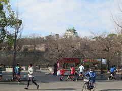 大阪城公園広い!ホール前にもアイドルコンサート待ちの若い子がたくさんいました