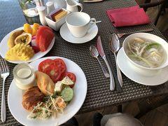 ホテルの朝食ブッフェ。フォーとフランスパン、フルーツは欠かせません。 もちろん向かって左手のエレベーターには乗りませんでした。