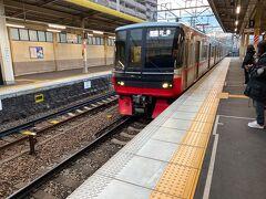 名鉄の最新鋭の電車です。最近は名鉄も真っ赤でないんです。しかもロングシートが増えました。JR東海はクロスシートなのに無念です。