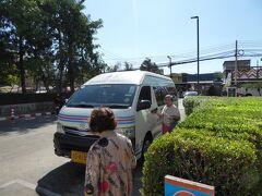 セントラルプラザ前からロットゥーでノンカーイへ向かいます。 車内に蚊がたくさんいて全部で10匹くらい退治したけど、そんなことをするタイ人はいませんでした。 タイの人って蚊に対して寛容ですね。