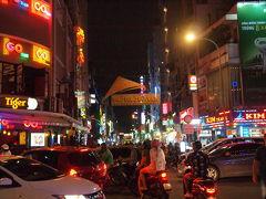 夜遅い時間帯に人出のピークをむかえるブイビエン通りにやってきた。