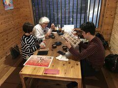 夜ご飯は「美ら花 別邸」という居酒屋さんで。 観光客向け?の沖縄料理の居酒屋さんでした。 食べログクーポンで各自ドリンク1杯ずつ無料になりました!