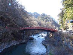 大谷川をまたぐ、ナイスな朱色の橋。  この橋は一方通行かつ、反対側にわたることはできないヨ。 橋を渡る(往復する)のも有料。 で、渡ったかというと、…う~ン。 ┐(´-`)┌