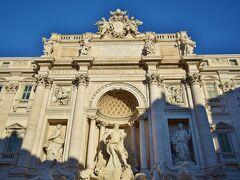 続いて、サンタ・マリア・マッジョーレ大聖堂からバスに乗ってトレヴィの泉にやってきました。 ローマのバスは1回券が1.5ユーロ、一日券が6ユーロです。 1日4回乗れば一日券のがお得ですが、観光地が近接していて、けっこう歩けてしまうので、タバッキ(雑貨屋)で1回券を買いました。 バス停近くにはたいていタバッキがあります。一方で券売機は大きなバス停しかありません。 トレヴィの泉は朝早かったせいか、人も少なく写真が撮りやすかったです。