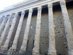 ピエトラ広場の前を通りました。 大理石の列柱は145年に建てられたハドリアヌス帝の神殿の遺構で、この建物は証券取引所として使われているそうです。 街中にこういった遺跡が残ってるのがローマの魅力ですね。