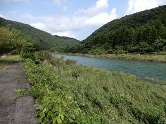 9時半、津和野から国道187号で益田方面へ出発。途中、高津川のほとりにある「道の駅 シルクウェイにちはら」にて小休止。