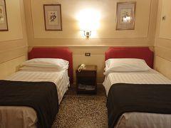 今回は駅から近いツァーとかでも利用が多いホテルです。安いので心配でしたが、チェックイン時間より早く到着したのですが、少し待ってくれたら部屋が準備できるということで、15分ぐらいロビーで待っていたら部屋に入ることが出来ました。 3つ星ホテルで今までローマで泊まった中では最安。ローマ国立博物館マッシモ宮の裏にあたります。今まで近くに泊まっていたので大丈夫かと思ってましたがこのホテルの面している道はいつも人がおらずちょっと緊張しました。日本人客も多くスタッフは親切だったのですが。