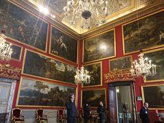 壁一杯に絵画が飾られています。