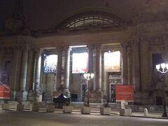 沿道で目に付いた建物があれば寄り道。ここはパリ市立美術館。立派な建物です。