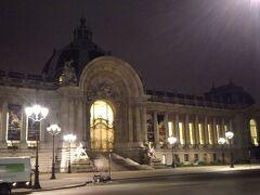 反対側は博物館のグラン・パレ。1900年のパリ万博の際に建設されました。とても特徴的な円形の中央玄関。巨大な建物です。