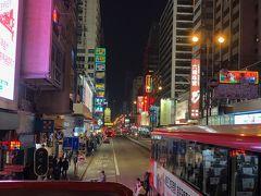 オープントップバスからの夜の街並み。