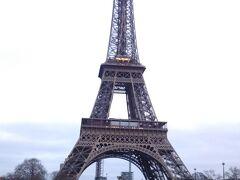 さて、やってきましたエッフェル塔!シックな色合いですね。高さは324m。概ね東京タワーと同じです。