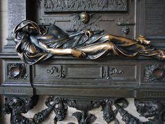 14世紀、まだベルギーという国は存在せず、領主が支配する小地域に分かれていました。  当時、ブリュッセルを統治していたのは、ブラバン公ヴェンツェル1世。 そのブラバン公の留守に乗じて、繁栄する街を手中に収めようと、フランドル伯ルイ2世がブリュッセルを攻撃。 グランプラスの星の家に、フランドル伯の旗がひるがえりました。  しかし、1356年10月24日、セルクラース は仲間たちとルイ2世の旗を奪います。  これを機にブリュッセルの住民は蜂起。 ブリュッセルは、再びブラバン公の支配に戻りました。  セルクラースは議員に取り立てられ、ブリュッセルに貢献しますが、勢力を拡大しようとしていたガースベーク城主には邪魔者でした。 1388年5月26日、刺客に待ち伏せされ、深手を負います。  ブリュッセルの英雄の悲劇を聴いた民衆は怒り、ガースベーク城を攻撃。 城は廃墟と化し、復讐は遂げられたものの、傷が原因で5月31日、セルクラースはこの世を去りました。  銅像の腕に触ると願いが叶うと言われているので、ピカピカです。 旅人は、ブリュッセルに再び戻って来れるとか。 なるほど、それで期せずして何度も来れているのかも。(^^)