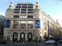 これは豪華絢爛な外観。高級デパート「ギャラリー・ラファイエット・オスマン本店」です。