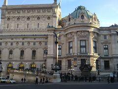 その先に見えてきたひときわ巨大かつ豪華な建物はオペラ座。