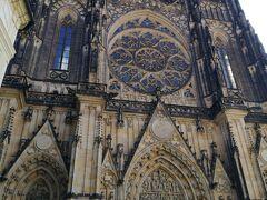 本日はプラハの観光名所を回ります。 まずはプラハ城へ向かいます。  こちらはプラハ城の中にある聖ヴィート大聖堂。 ゴシック建築の代表例でチェコで最も大きく重要な教会だそうです。 大きくて写真に収まりきりません。