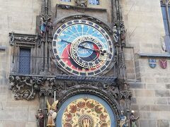 こちらは天文時計  上段は時間を表す「プラネタリウム」、下段は季節を表す「カレンダリウム」と呼ばれ、天文時計が作られた1410年から、修理しながら現在まで使われているそうです。 毎日9:00から23:00までの正時にからくり時計の人形ショーがあります。 私たちもちょうどその時間帯に近くにいましたが、たくさんの人がぞろぞろと時計台の方へ移動し始めたので、だれか有名人でも来ているのかと思いましたが、からくり時計の人形ショーでした。  からくり時計の人形ショーは他の場所でもたくさんの人が集まりますが、皆さんからくり時計が好きですね。