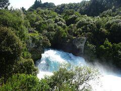 展望台から滝を見物しましたが、樹木で滝全体が見えない。