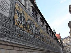君主の行列 君主の騎馬像や芸術家ら総勢93名、全長101mに及ぶ壮大な壁画です。 シュタールホーフの壁画はマイセン磁器のタイル25000枚で描かれています。 圧巻です!