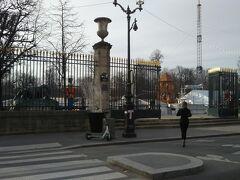 大きな公園に出ました。200m×500mくらいの長方形で、コンコルド広場とルーブル美術館に挟まれた区画を占めます。
