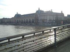 長い名前の橋を渡ります。対岸の大きな建物がオルセー美術館です。