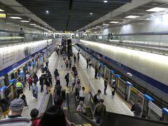 2駅・1駅・1駅で乗り換えを繰り返します。 四角形の3辺を行くので、本当は歩いた方が速いし楽なのですが、 MRT24時間券使えるし、いろんな電車に乗りたいし。