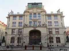 プラハ市役所。  クレメンティヌムを出た所にありました。