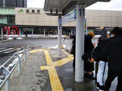 函館駅前から函館空港までは、バスが出ています。 約20分かかります。途中、何カ所かのバス停に停まります。