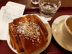 美術館をあとに、ああ、シナモンロール食べよう、と思い立ちカフェエスプラナードへ。ほかのパンもとてもおいしそうだったけど迷ってはならないと即、オーダー。 日本でシナモンロールというと、フォションやシナボンで食べるふんわり温かいものを思い描きますが、フィンランドのシナモンロールは生地がしっかりしています。そういえばかもめ食堂でもシナモンロールを作るときに最後ぎゅっと端っこをおさえてましたね。一生懸命咀嚼しながらシナモンの香りや生地のおいしさを堪能。すっごいおいしい!という強烈な印象はないものの癖になりそうな魅力…近くのおじいちゃんがコーヒーマシーンからお代わりを注いでいたので「あ、いいんだ!」と私も2杯目を。この大きさでコーヒー一杯はつらいから良かったです。こうやってかなり高齢のおじいちゃんもカフェに来ているのを見るとほんとに素敵だなあと思います。