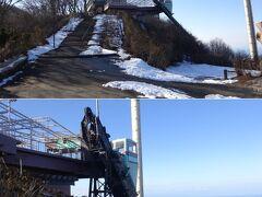 山頂駅を出ると、左手に展望台が。ここが山頂?   何だか面白そうなのがくっついてるねぇ。「クライミングカー」ですか。冬期間営業休止のようだけど。