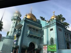 途中でマラバーモスクを車窓から見学。青いタイルに金色のドームが本当に美しくて一等好きなモスク。