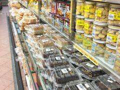 ムスタファで向かったのはパン売り場。今回は帰国後そのまま帰省することにしていたので、普段なら買えない日保ちしないパン・ケーキがお土産にできる!ということでいつも指くわえて見てたバナナケーキを購入。パッケージからいい匂いがダダ漏れです。あとシンガポールっぽいカヤ入りのパンも。  バナナケーキ 2ドル カヤブレッド 1.3ドル  バナナケーキは想像通りの味でした。しっとりした生地で甘みも適度で、家族からも好評。カヤパンはふわっふわで甘い生地がいかにも~って感じ。シンガポールの人(?)ってこういうパン好きよねぇ、というパン。