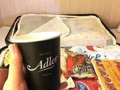 宿に戻ってきました。フロントでいただけるコーヒー飲みつつパッキング。購入品がほぼ食品っていう(笑)
