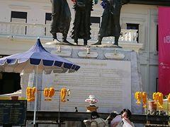 てくてく歩いて見つけた、3人の王像。 意外と見過ごしてしまいそうな広場の奥にあります。