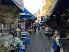 帰り道の反対側に市場があったので覗いてみます。 タイ イサーン市場というらしいです。