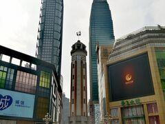 ここが重慶の中心「解放碑」。 高さは27.5メートル。 周辺は歩行者天国になっていて、 重慶最大の商業エリアになっています。