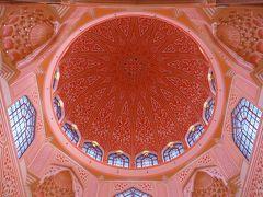 そして、このモスクで一番象徴的なピンクのドーム天井。 ステンドグラスとアラベスク模様がとても美しい。