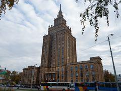 中央市場から徒歩5分ほどで科学アカデミーに到着!  ワルシャワの文化科学宮殿と同じスターリン様式。ポーランドではポーランド人に好まれていないとのことですが、こちらではどうなのでしょうか。。 時々観光バスがやってきて複数人のグループが建物の中に入っていっていました。