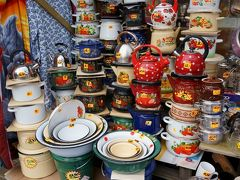 中央市場から離れる時は目に入らなかったのですが、昭和レトロっぽい琺瑯鍋がたくさん並んでいるのを見つけました。