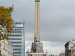 ホテルから移動してまたiittalaのお店に寄ってしまったので、自由記念碑辺りから散策開始。ラトビア独立戦争で亡くなった兵士に捧ぐ高さ42メートルの記念碑で1935年に完成したそうです。