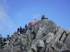 13:00奥穂高岳到着しました。 緊張感から解放されましたが奥穂は人が多いなー。 山頂記念写真も渋滞していたのでスルーしました。