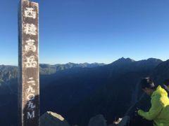 6:20 西穂高岳山頂に無事到着。 ここも人が多い。 パンをほおばりながらしばし景色を堪能。