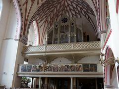 ここの教会の天井が気になって訪れました。