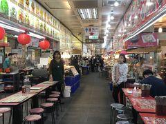 地下にあるフードコートに行きました! ガイドブックにも載っている大東龍の牡蠣オムレツが目当てです。 他の店は空席があったのですが、私たちが入ってすぐ満席になったので人気店なんだまぁと思い期待大!
