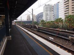 ホテルでチェックインを済まし、早速シドニーの街歩きに出かけました。 まずはシドニートレインでセントラル駅から電車でハーバーブリッジを渡りミルソンズポイント駅まで行きました。これからハーバーブリッジを渡ってロックスまで歩いて戻ります。