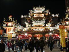 台湾では大抵、廟のそばに何かしら市が開かれていますね。 例外もありますが、雙連も文昌宮の前に朝市ありますし。