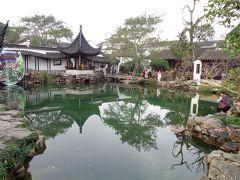 もう一つ行ったお庭が獅子林。 ここは、きれいな池と太湖石の山がメイン