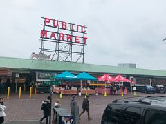 パイクプレイスパブリックマーケット! あいにくのぽつぽつ雨で、海はきれいではなかったです。